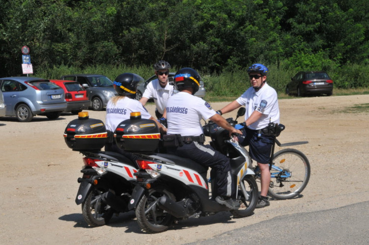 Rendőrök, polgárőrök a parkerdőben (Szombathely)