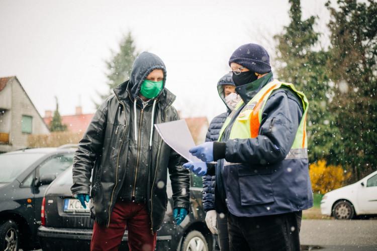 Szombathelyen összefogtak az önkéntesek, hogy mindenki megkapja a védőmaszkokat