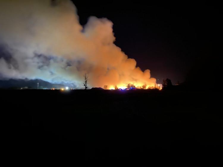 Hatalmas lángokkal égett fanyesedék és hulladék Szombathelyen