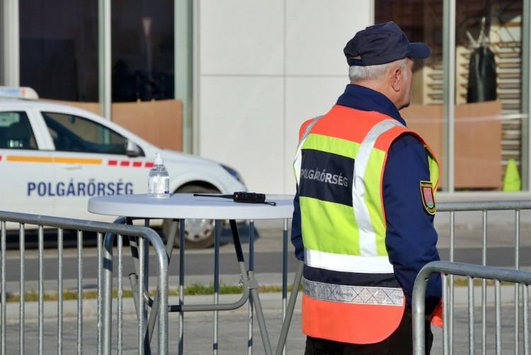 Polgárőrök segédkeztek a városi piacon