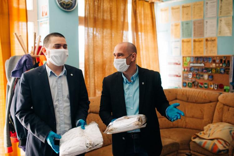 Száz darab maszkot kaptak a szombathelyi polgárőrök