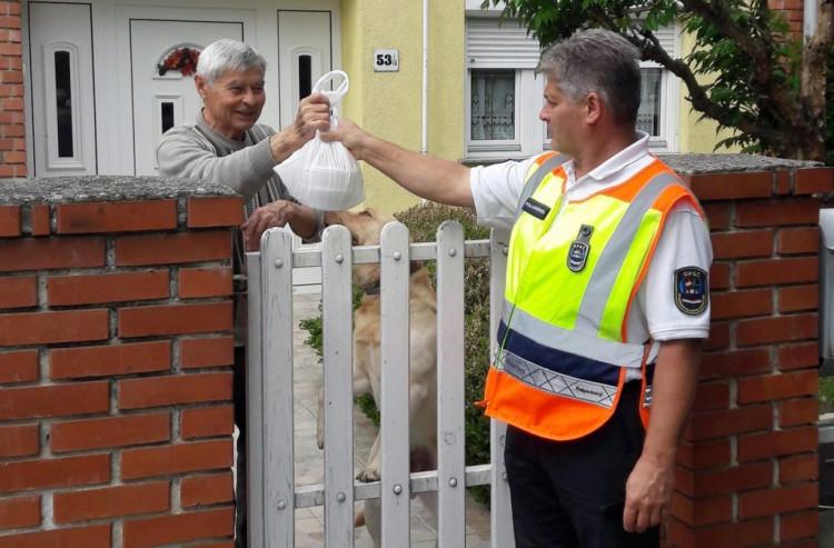Ebédhordásban segédkeztek a csepregi polgárőrök