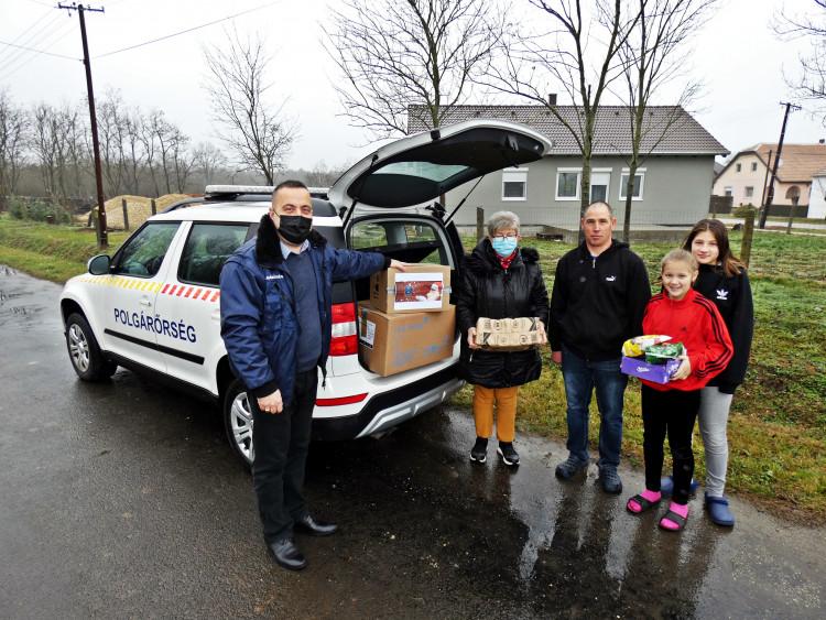 Idén sem maradhatott el a nagycsaládos polgárőr adomány