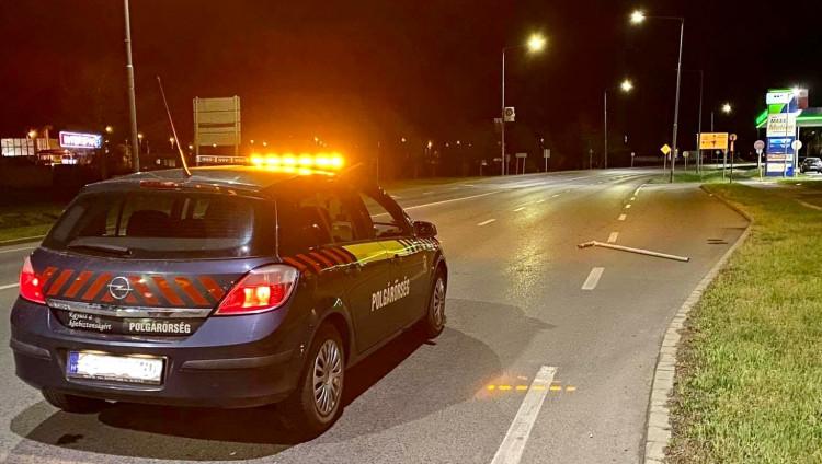 Igazoltatás elöl menekülő autós döntött ki táblákat Szombathelyen