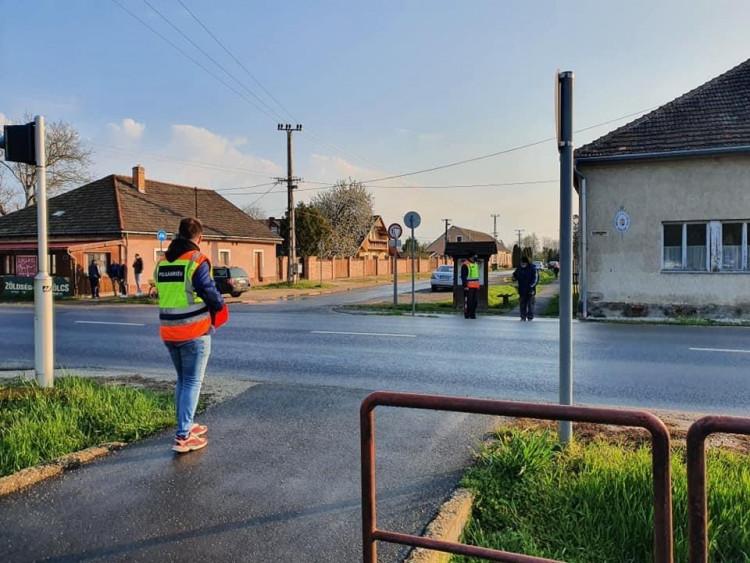 Segítik a biztonságos átkelést Vasszécsenyben